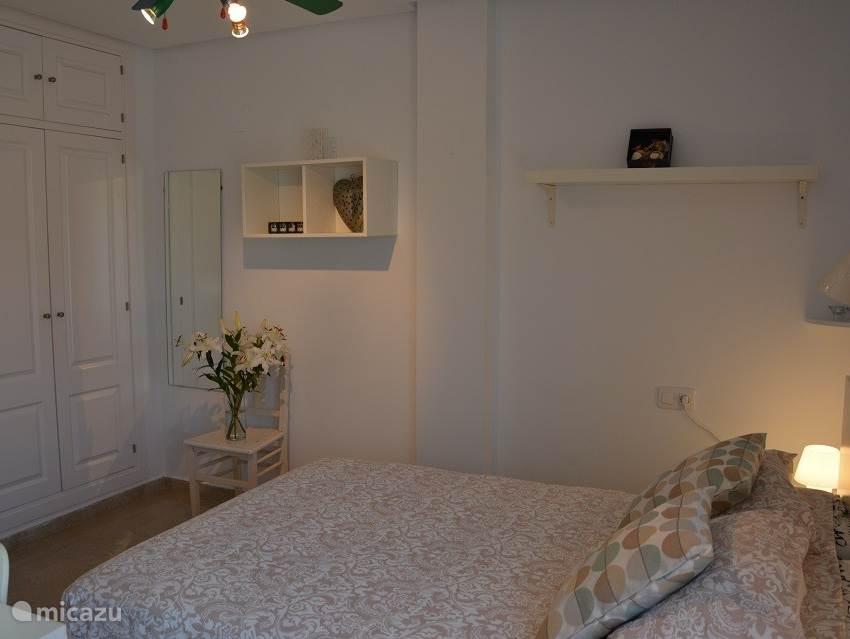 2e slaapkamers met ook veel kastruimte en 2 persoons bed en zee zicht. We hebben wifi in het gehele appartement.