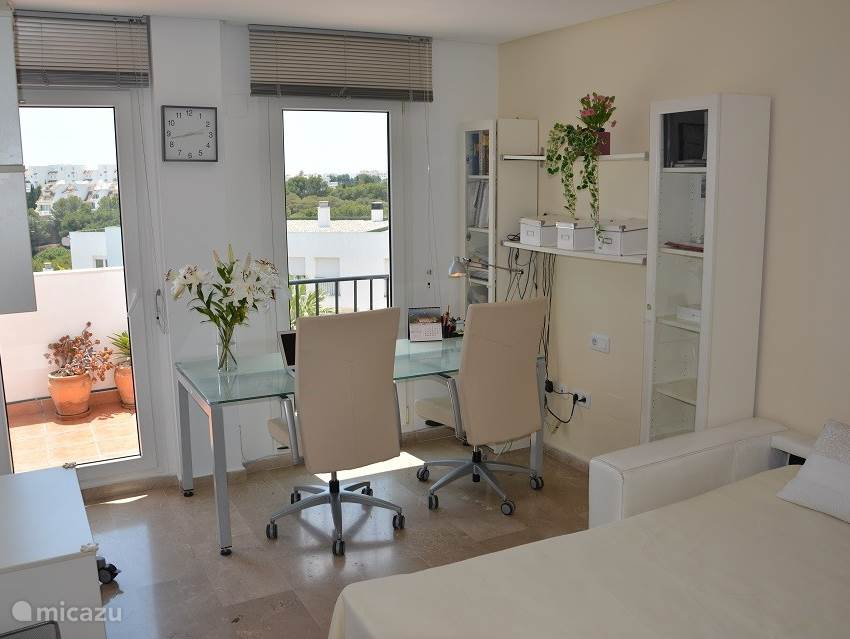 3e slaapkamer met toegang tot het grote balkon en zee zicht