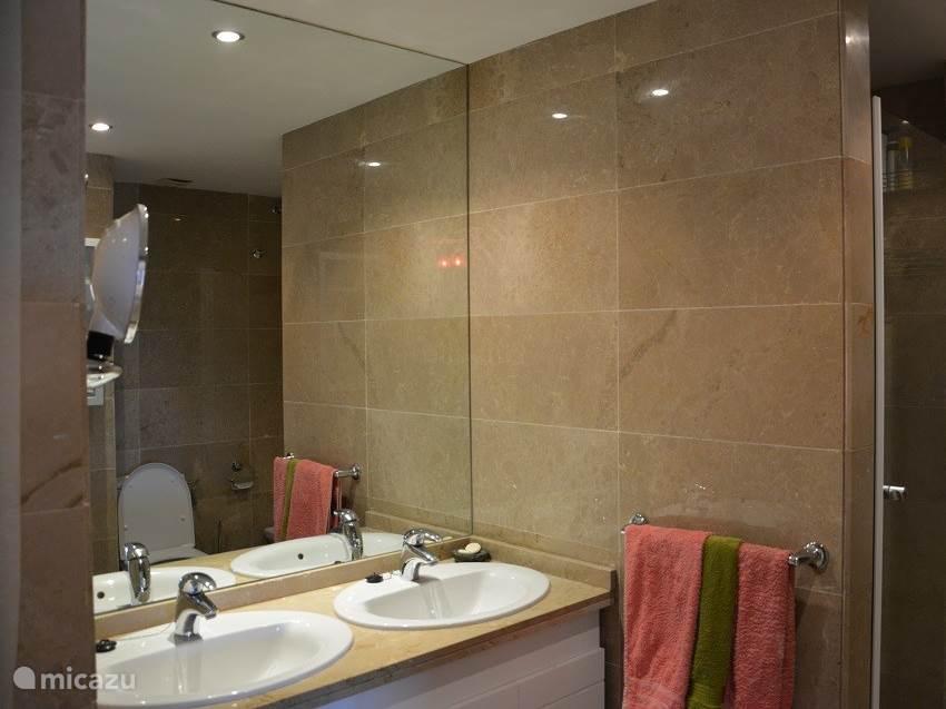 2e badkamer met inloop douche, bidet, toilet en 2 wasbakken.