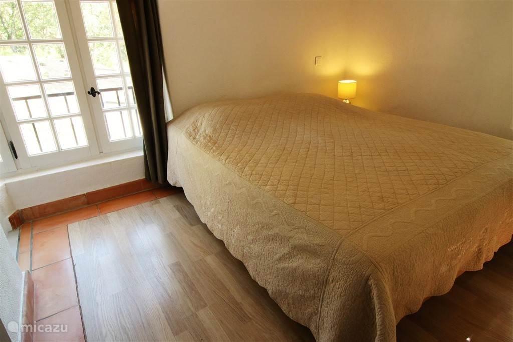 Slaapkamer met TV en kast