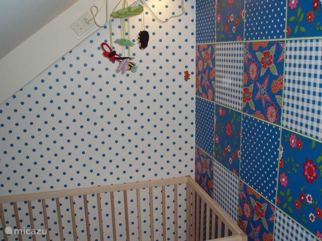 Baby- of peuterhoek, op de tweede etage, met kinderbedje en tevens kinderstoel standaard aanwezig. Traphekje(s) te huur bij de receptie.