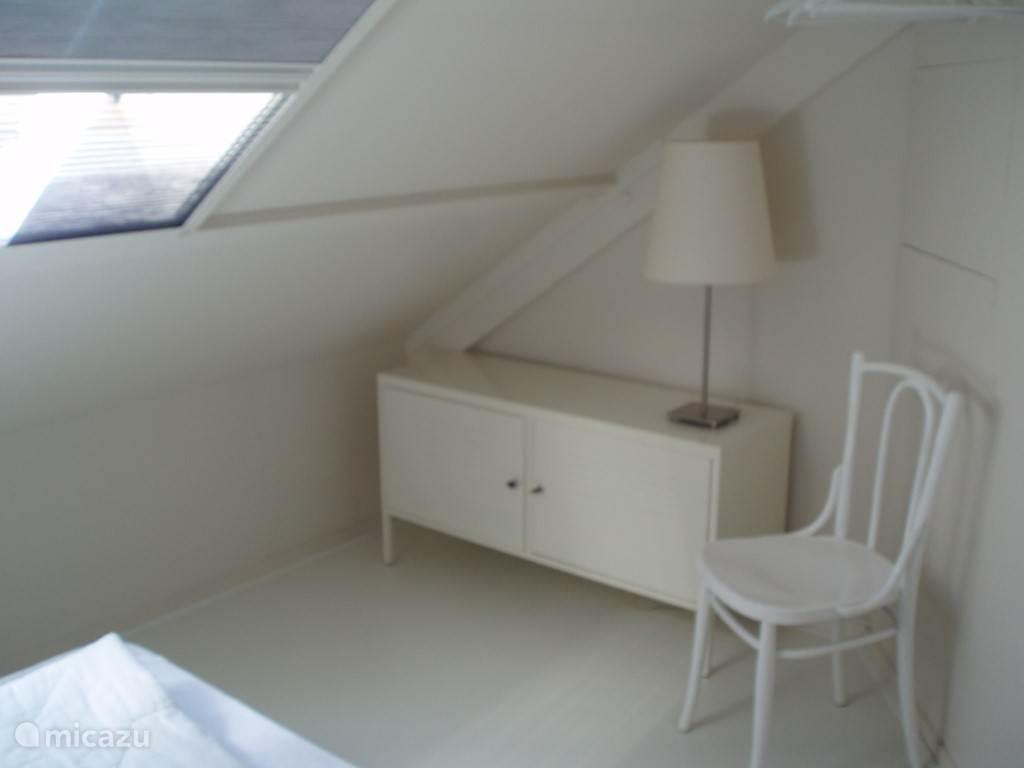 Dit is een deel van de 'studio' op de 2e etage, een heerlijk rustige plek met eigen badkamer en peuterhoekje, en groot raam met verduisterings- en horgordijn,