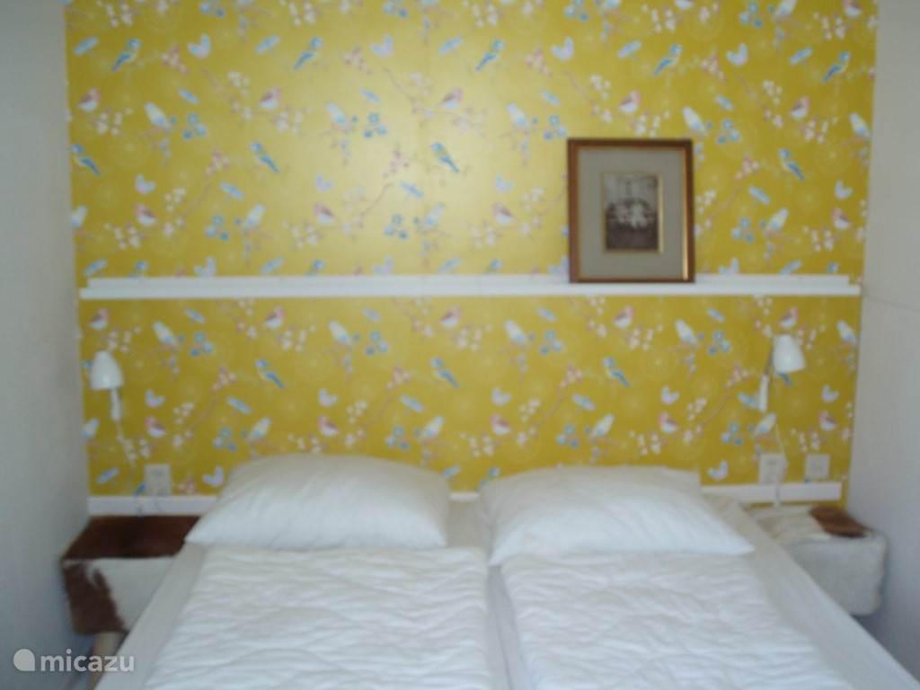 De gele vogelkamer, één van de beide slaapkamers op de eerste etage (achterkant huis)