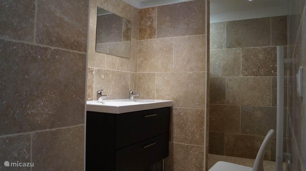 Badkamer met dubbele wastafel en inloopdouche