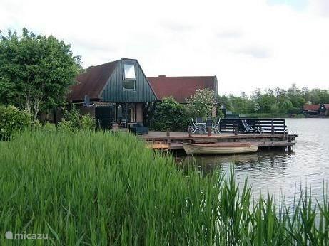 Vakantiehuis Nederland, Noord-Holland – bungalow  Waterbungalow 62 met roeiboot.