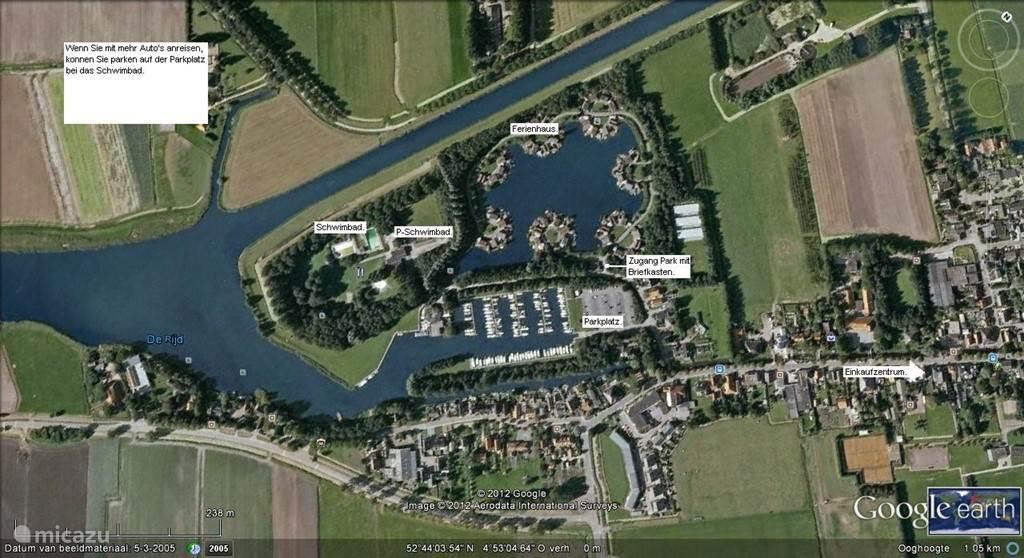 U ziet hier het park met de jachthaven. Tevens is het zwembad te zien. Alles ligt aan het kanaal Alkmaar-Kolhorn.