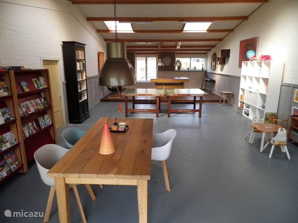 Recreatieruimte met keuken, poolbiljart , tafeltennistafel en leestafel.