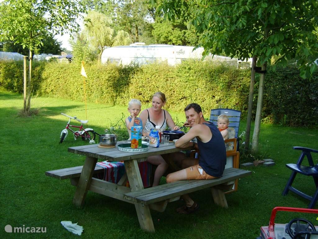 Piknicktafel bij het huisje