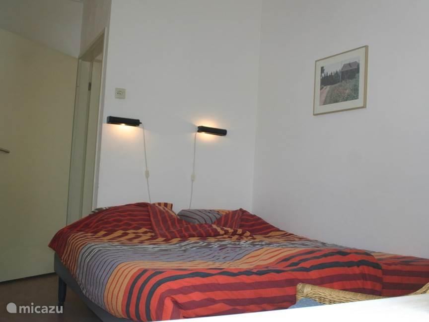 Ouder slaapkamer met twee boxspringbedden. Keus naast elkaar of apart.