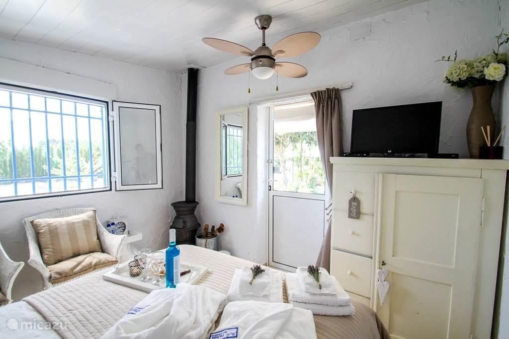 De Casita is in vintage style ingericht. De ingang is in de zonnige tuin. Voor de koudere nachten zorgt de houtkachel voor een knusse warmte. De kamer is compleet ingericht: Wi-Fi, TV (NL en ES zenders), plafondventilator en een kast om je persoonlijke spullen op te bergen. Tia-Rosa B&B.