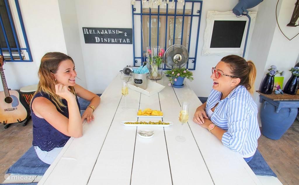 Ontbijt en tapas worden onder de overdekte veranda geserveerd.  Tia-Rosa.nl B&B verzorgt ook, tegen geringe vergoeding, een 3 gangen Kamado-diner.