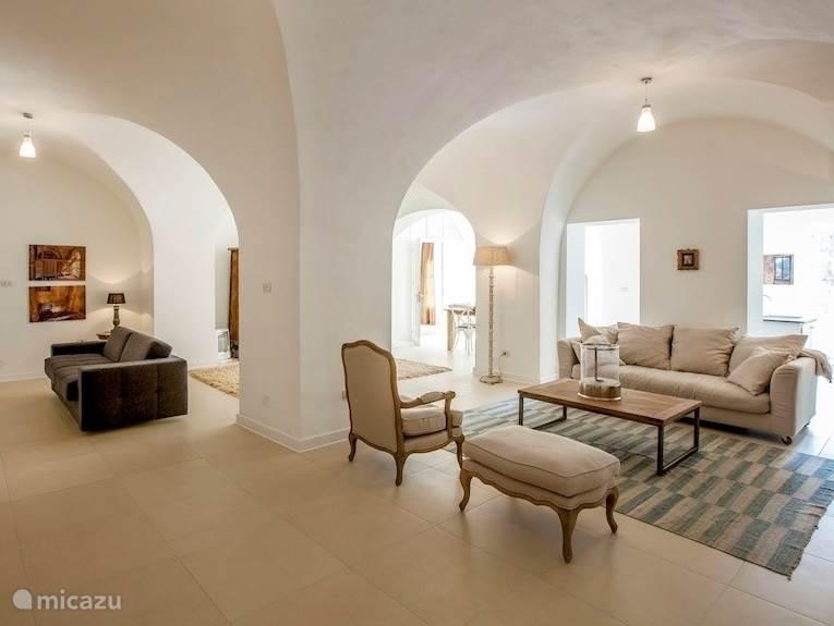 De 4 meter hoge plafonds en de dikke muren zijn kenmerkend voor onze 17e eeuwse Pastificio. Wij willen dat onze gasten zich thuis voelen in een luxe, ruime en gezellige ambiance.