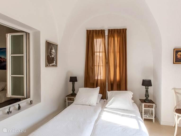 Slaapkamer met extra grote Aupingbedden en doorkijk naar slaapkamer 2