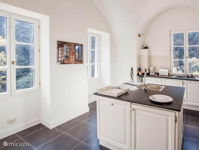 Luxe keuken met vaatwasser, 4pits kookplaat, oven en magnetron.