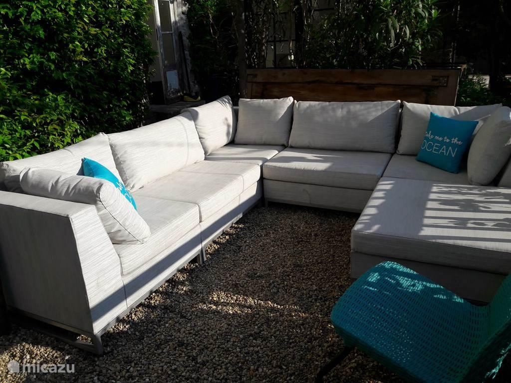Een heerlijke loungebank maakt het genieten in de tuin compleet