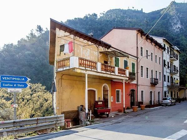 Voorkant van onze Pastificio. Het terras ligt aan de achterzijde met uitzicht op de rivier en de bergen.