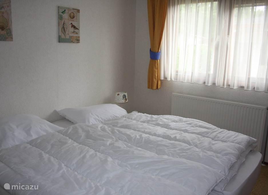 Slaapkamer 1: 2 losse eenpersoonsbedden.