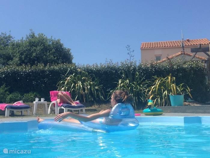 Heerlijk zonnen en lekker dobberen in eigen zwembad!