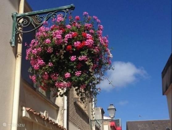 Sfeervol dorp met gezellige winkeltjes. Veel bloemen en schelpen schilderijen op de muren