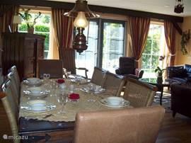 gezellige eettafel  bungalow 49