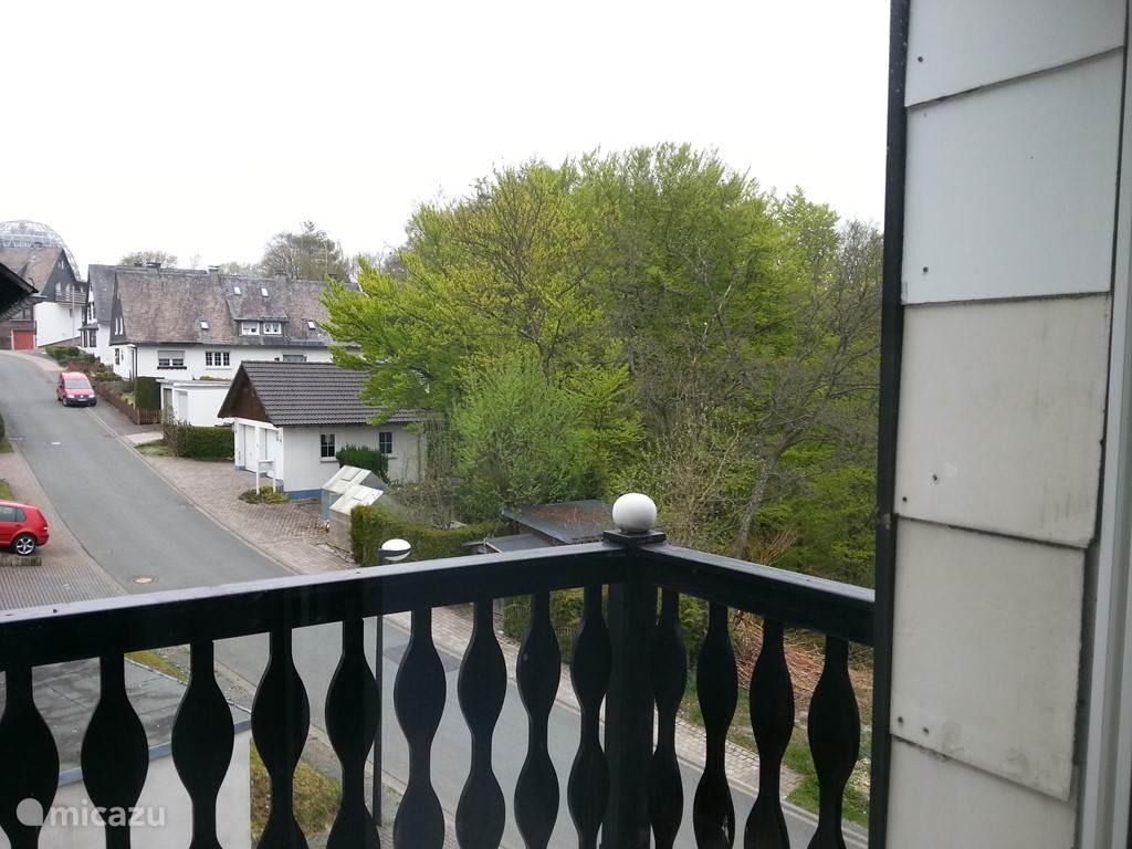 Uitzicht van af het balkon op de 2e verdieping en u loopt de straat uit om zo naar het centrum van Winterberg te gaan.