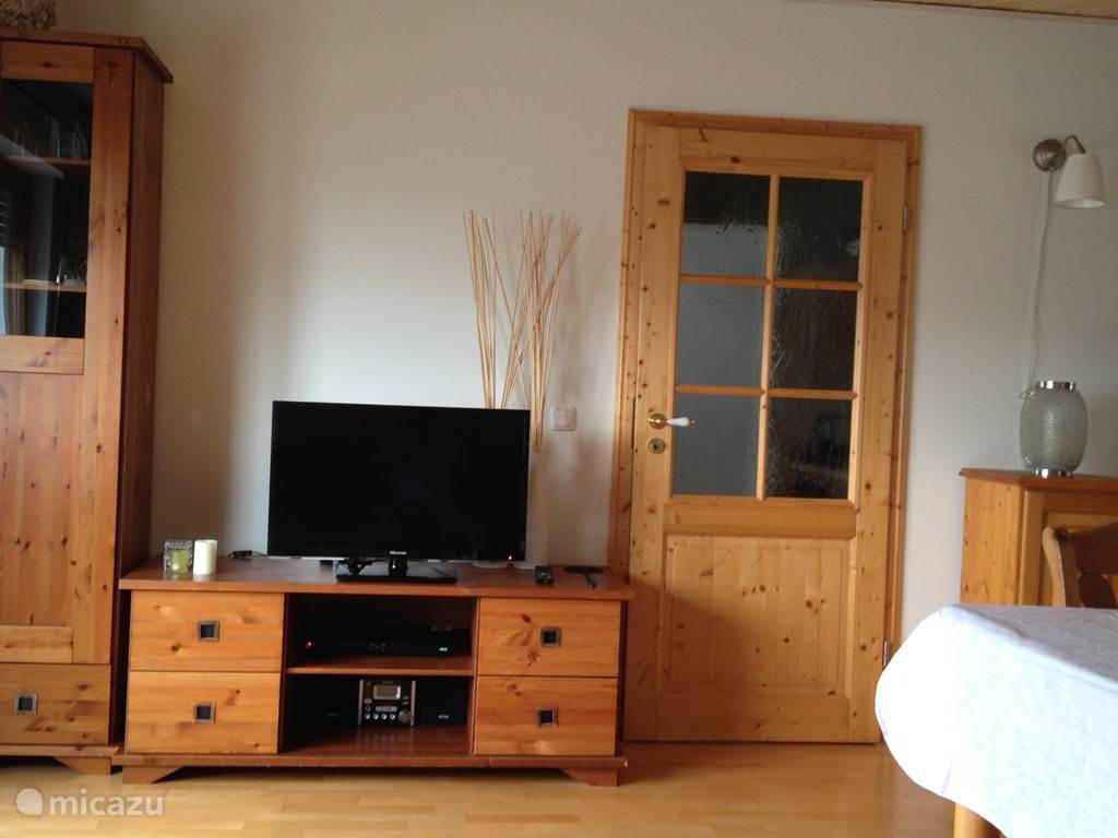 Nieuwe LED TV, DVD speler en radio / CD speler + doorgang naar keuken