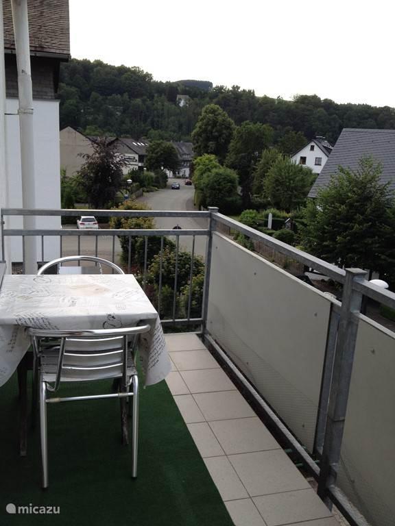 balkon met tuinset en uitzicht op de heuvels