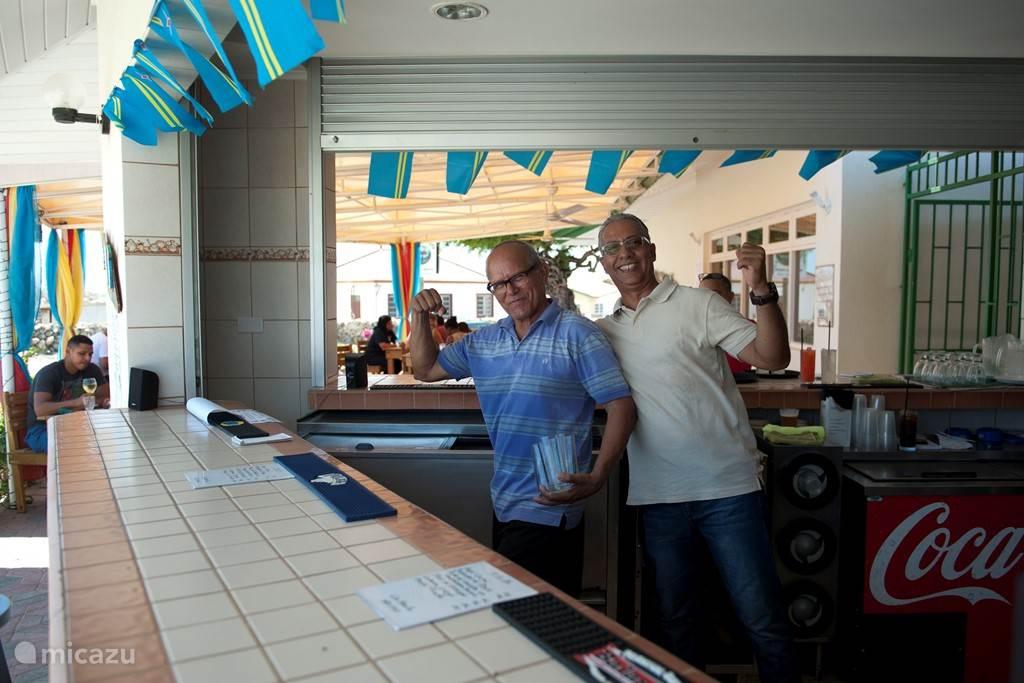 lokaal restaurant op 100 meter. top voor ontbijtjes lunches en een arubaanse hap