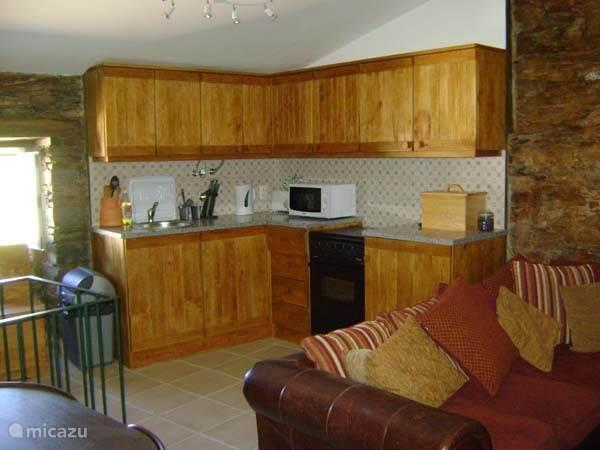De open keuken gezien vanuit de woonkamer.