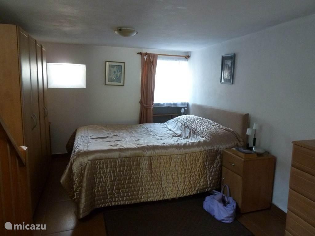 De zeer ruime ouderslaapkamer op de benedenverdieping,