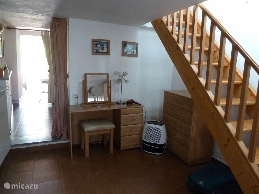 De ouderslaapkamer met rechts na het 1ste gordijn de eigen badkamer met ligbad en na het 2e gordijn de ruimte met één-persoonsbed en de deur naar de tuin