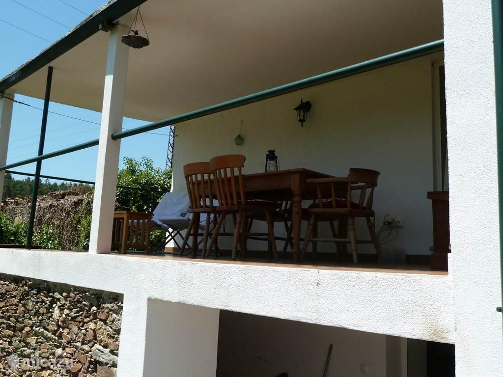 Het grote terras op het balkon naast de keuken.