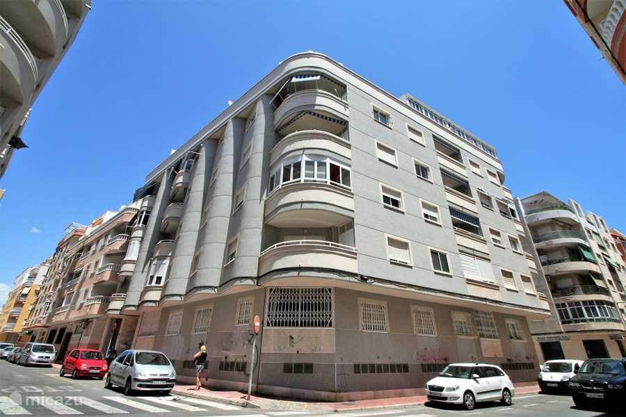 Vooraanzicht van het appartement. Het ligt op de vierde verdieping met zonnig balkon op het zuiden.