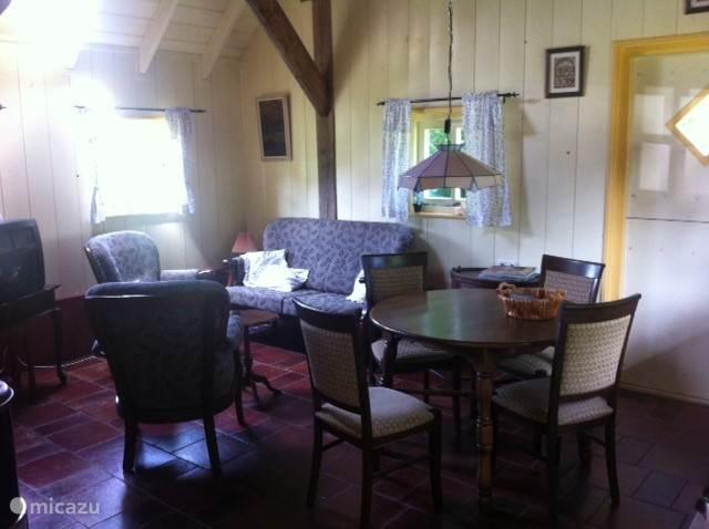 Interieur huiskamer/keuken.