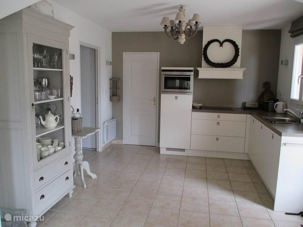 Luxe, volledig ingerichte keuken.