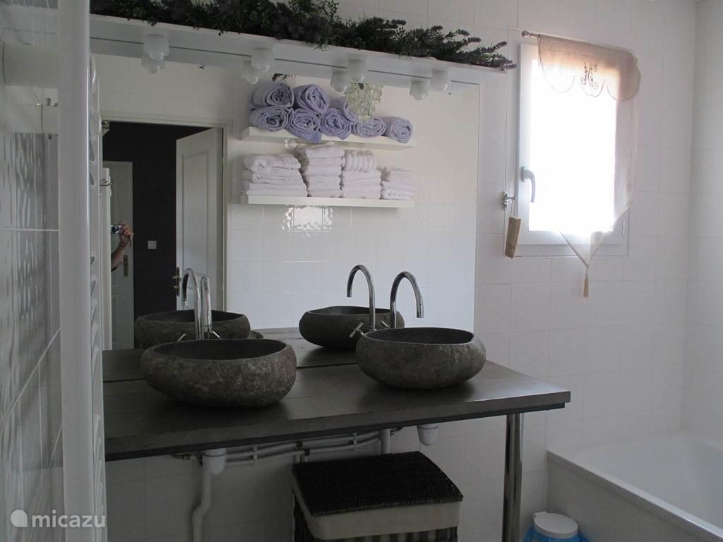 Badkamer 1 met dubbele wastafels en ligbad.