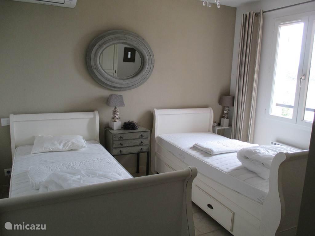 Slaapkamer 3 met 2 1-persoonsbedden.