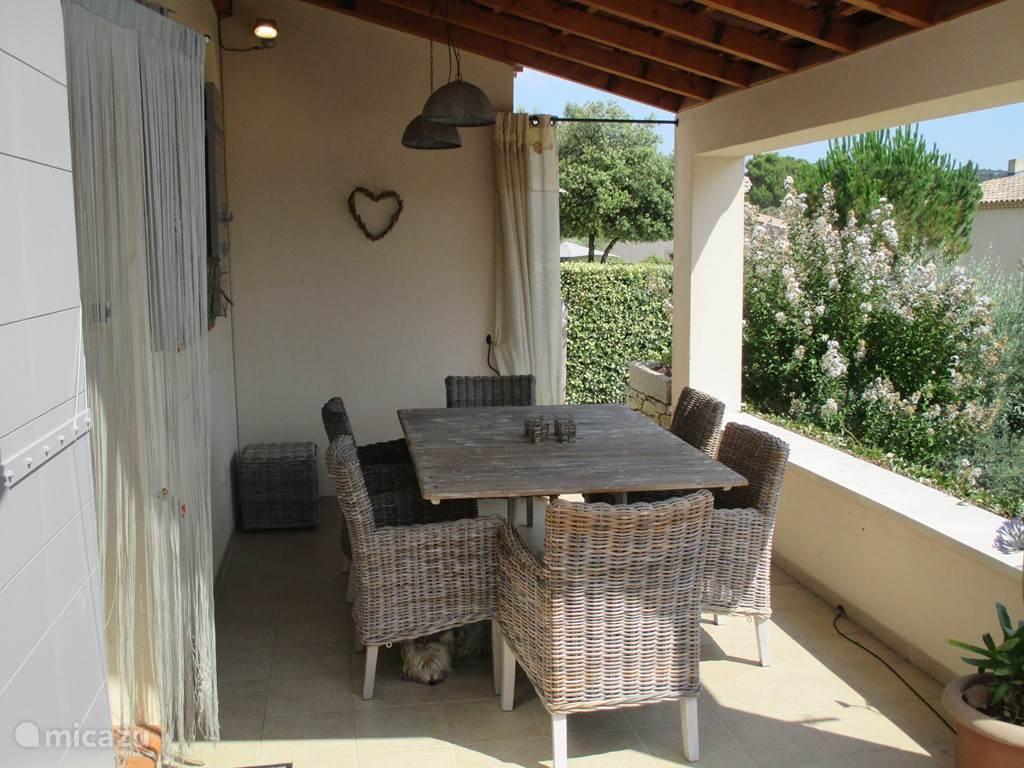 Overdekt terras met eettafel met zitplaats voor 6 personen