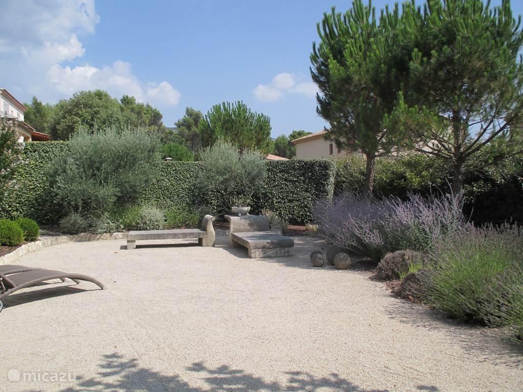 De mooi aangelegde en goed onderhouden tuin.
