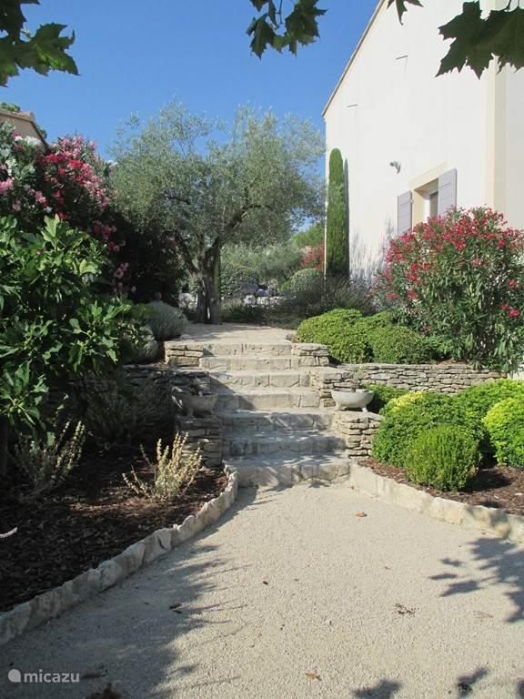 Voorzijde van de villa via de tuin bereikbaar.