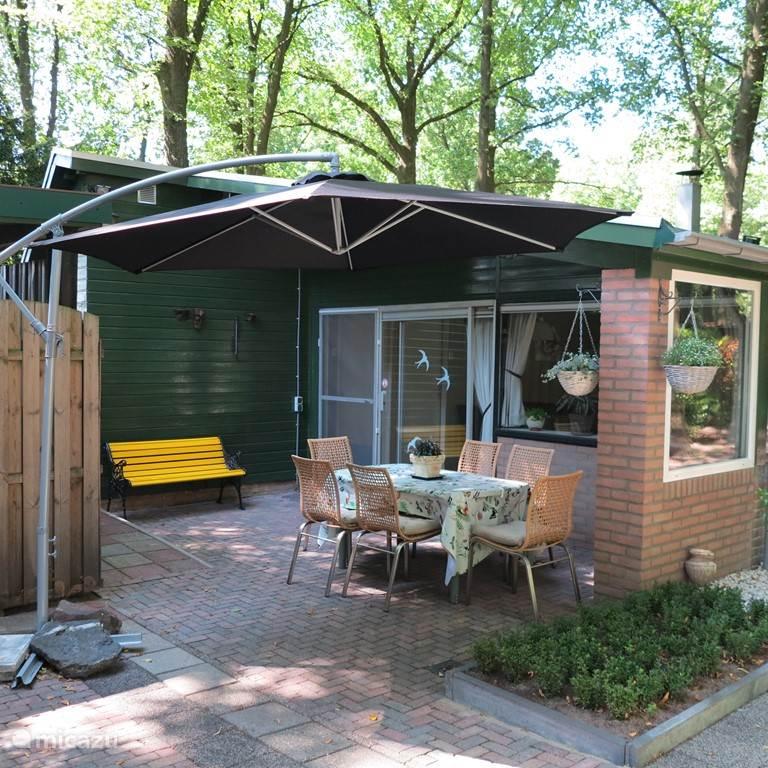 groot terras met veel privacy. 2 tuintafels en veel tuinstoelen aanwezig.