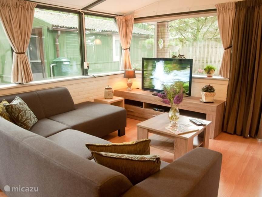 Comfortabele grote zithoek met 42 inch smart TV.