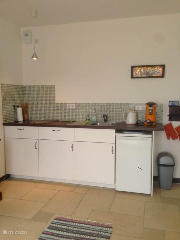 kitchenette in de woon/slaapkamer in het onderhuis (derde slaapkamer)