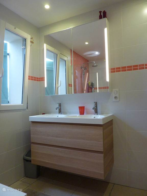 double sink with illuminated mirror cabinet. There is also a toilet in the bathroom, and there is also a separate toilet next to the laundry room.