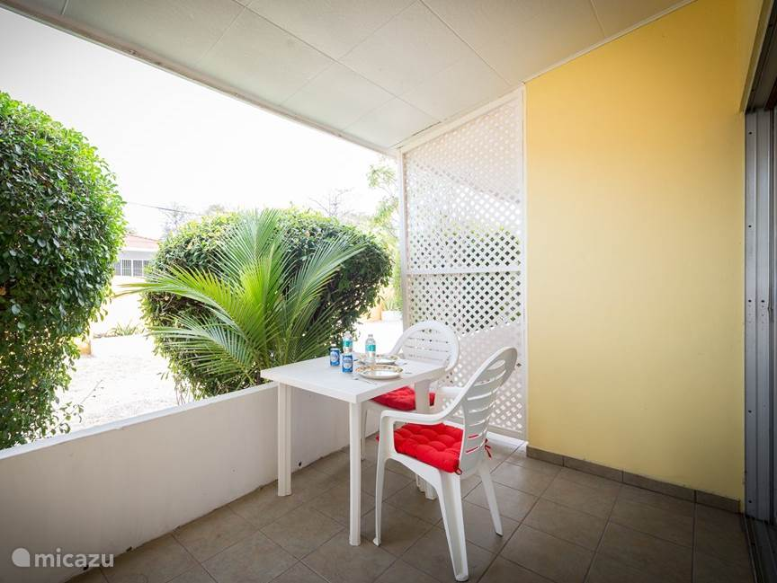 The apartment has a private terrace with a sitting area where you can enjoy in the shade of a drink and a snack. In the garden you can admire the many hummingbirds, parakeets, trupiaals, sugarthieves, iguanas and blue blauws.