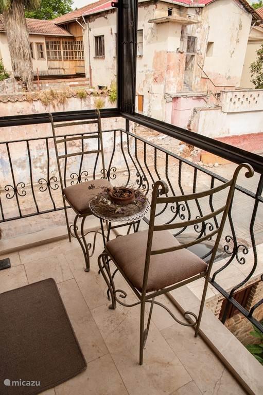 Zicht op oud Kaleiçi huis vanuit het balkon