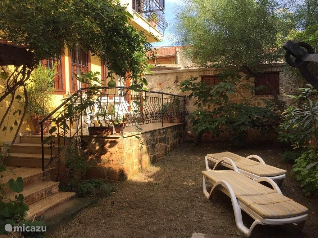 Lekker terugtrekken in je eigen tuintje (we probreren mooi gras te krijgen... een uitdaging in het klimaat van Antalya)