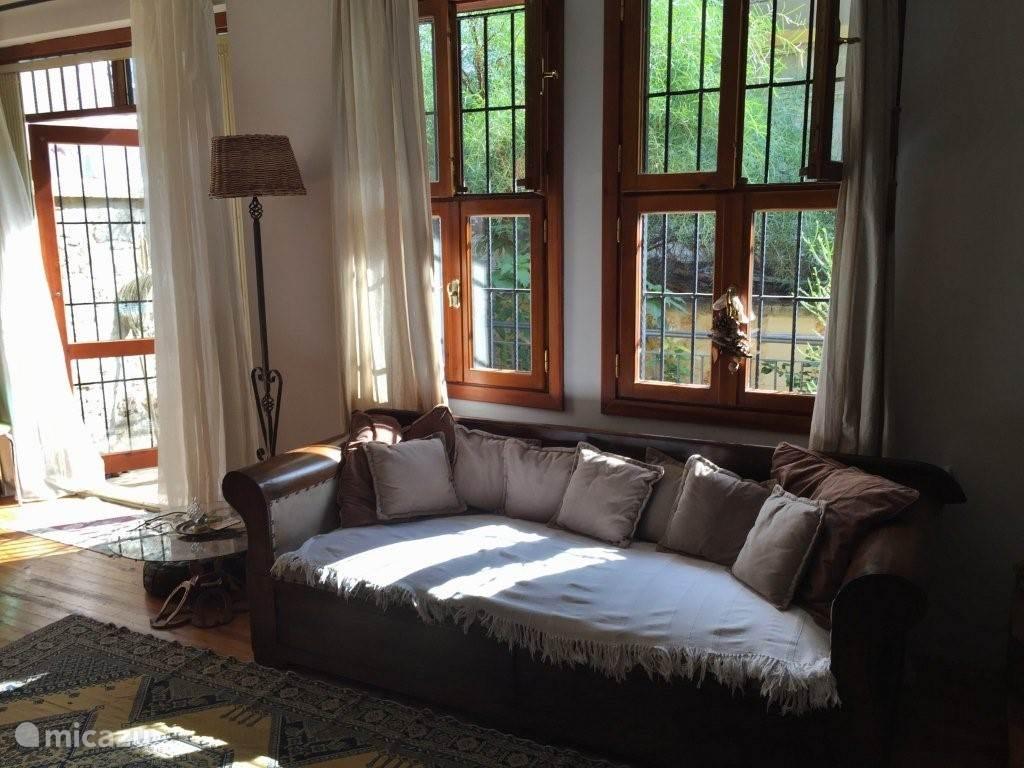 Een oud ottomaanse opgeknapte sofa