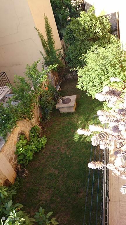 De tuin van boven gezien...