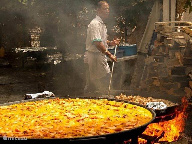 La herradura: Paella in grote pannen: donderdag middag